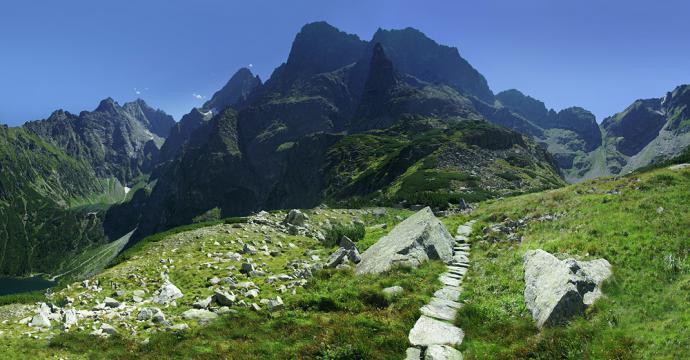 Dolina za Mnichem z Mnichem widocznym na tle Mięguszowieckiego szczytu.