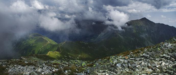 Panorama ze szczytu Starobociańskiego Wierchu. Z prawej Strony Bystra – najwyższy szczyt Tatr Zachodnich.