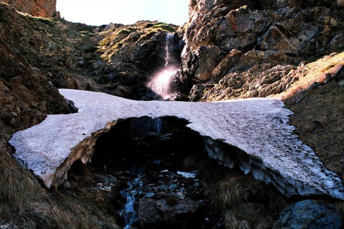 Śnieżny most, Pireneje, czerwiec
