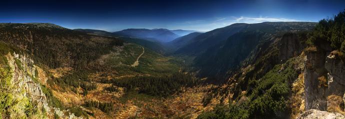 Pionowy ząb skalny zwany Ambrožovą vyhlídką, oferuje taką oto panoramę Karkonoszy.