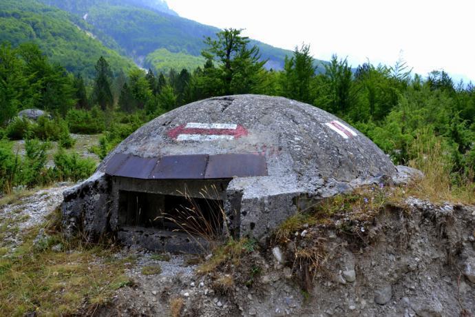 Typowy dla albańskiego krajobrazu bunkier