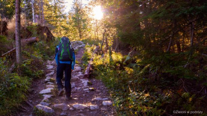 Po chwili skręcamy na czarny szlak. Nikt chyba nie powie, że poranki w górach nie mają uroku.
