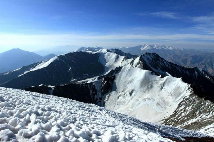 Widok ze szczytu Stok Kangri, w oddali Tybet