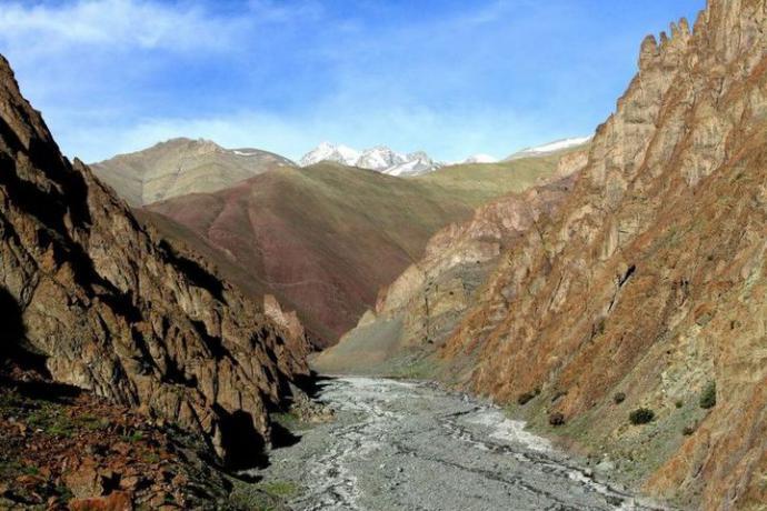 Szlak wiedzie korytem rzeki pośród gór, w tym miejscu rwąca rzeka zamknęła nam drogę pod górę