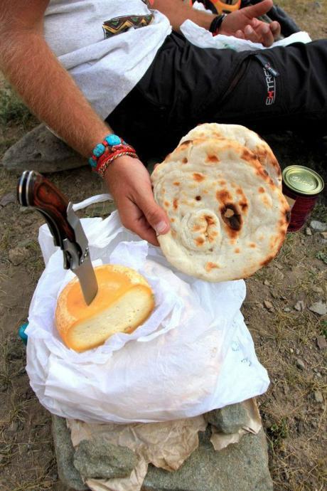 Nasza kolacja.Ser z mleka jaka i ladakhijski chleb.Obóz II. Baza Mankarmo