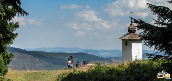 Odpoczynek przy Bulandowej kapliczce na polanie Jaworzyna Kamienicka