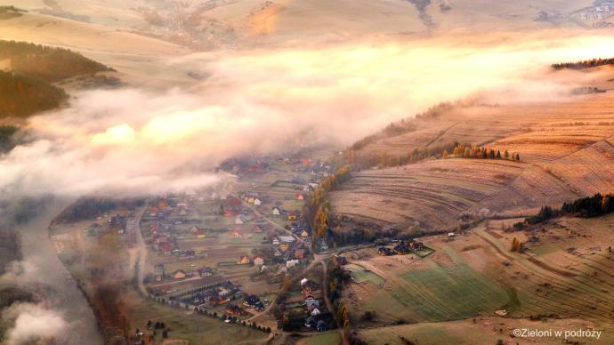 Miejscowość Czerwony Klasztor widziana ze szczytu.