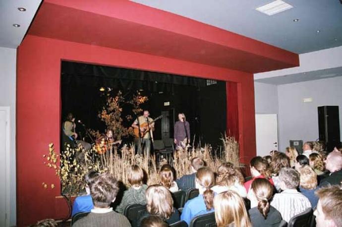 Trawiasta scena w Firleju w 2004 roku