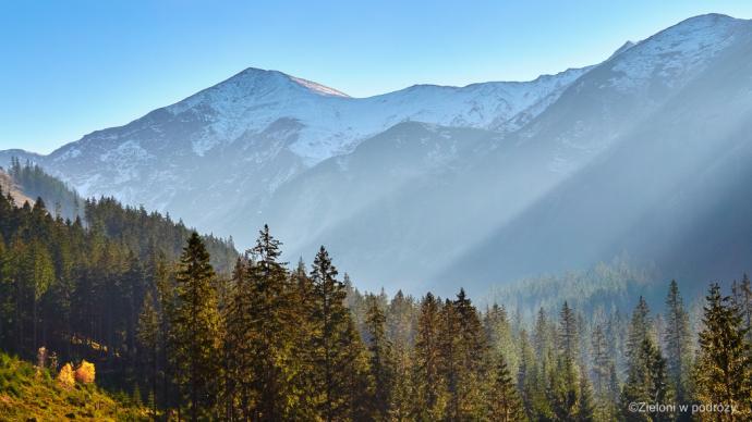 Szczyty górujące nad okolicą ciekawie komponują się z jesiennym jeszcze lasem