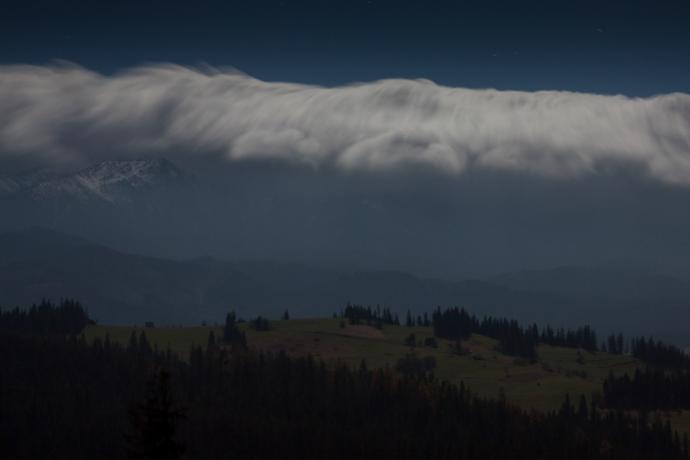 Typowy wał chmur nad Tatrami podczas wiatru halnego