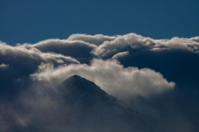 Chmury kłębiące się nad Tatrami podczas halnego