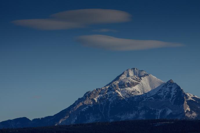 Chmury soczewkowate zwiastujące wiatr halny
