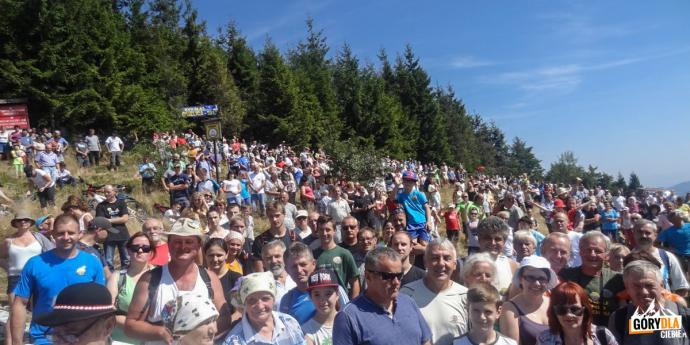 """Uczestnicy akcji """"Odkryj Beskid Wyspowy"""" na Mogielicy"""