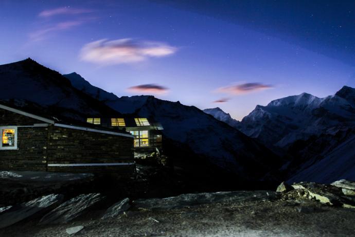 High Camp- tuż przed świtem