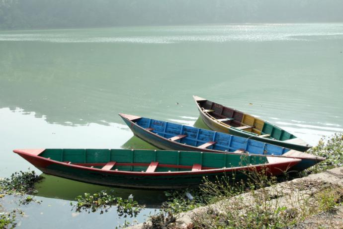 Łódki na jeziorze Phewa w Pokharze