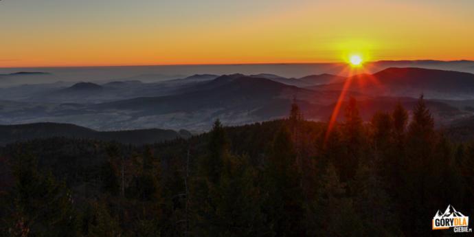 Wschód słońca oglądany z Mogielicy