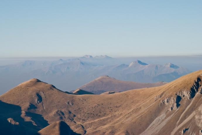 Na drugim planie widoczny masyw Korabu - najwyższego szczytu Macedonii i Albanii