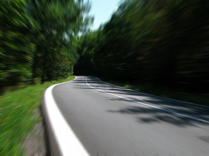 Zbyt szybkie wejście w zakręt przedwcześnie skończy naszą podróż
