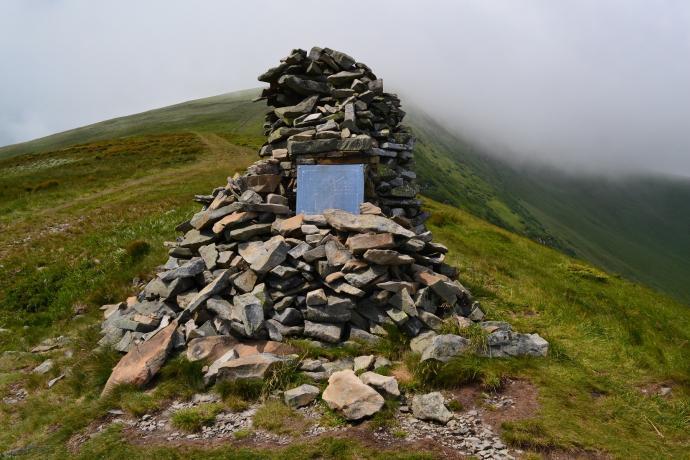 Kamienny kurhan na cześć tragicznie zmarłych turystów
