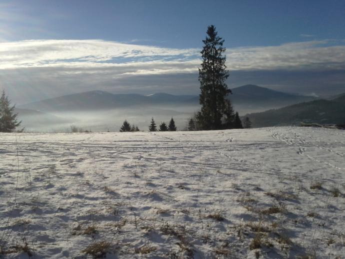 Widok z żółtego szlaku na Pasmo Pewelsko-Ślemieńskie