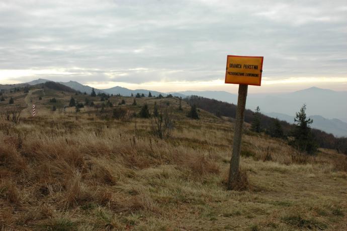 Rejon Przełęczy Bukowskiej. Po lewej w oddali wystający rąbek Kińczyka Bukowskiego, po prawej charakterystyczny stożek Ostrej Hory. Tuż obok granica