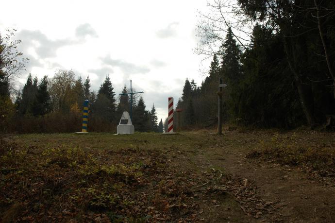 Obelisk, słupki, a poniżej umowne źródło Sanu