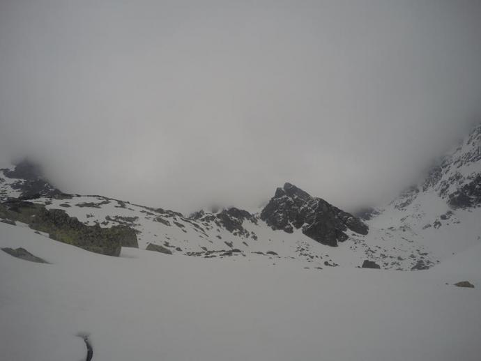 Chmury zalewające szczyty w otoczeniu Doliny Złomisk