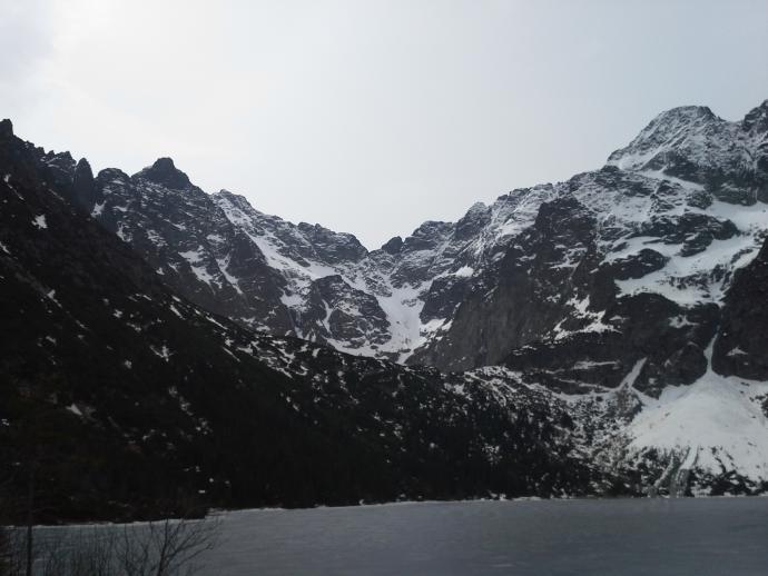 Na środku Żabia przełęcz, na lewo Rysy i na prawo od przełęczy Wołowy Grzbiet