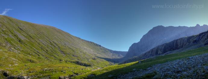 Rejon doliny Allt'a Mhuilinn skąpanej w cieniu pionowych skał północnej ściany Ben Nevis