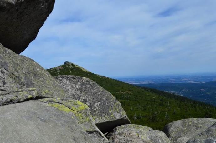 Schronisko Szrenica położone na wierzchołku góry