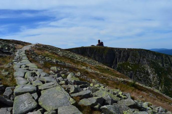 Dalej szlak prowadzi zboczem góry