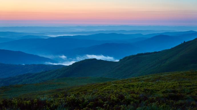 Tuż przed świtem. Widok na zalegające w dolinach mgły.