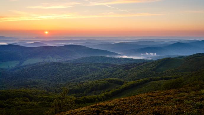 Pierwsze promienie Słońca załamują się na pofalowanym terenie nadając mu wygląd rodem z bajki.