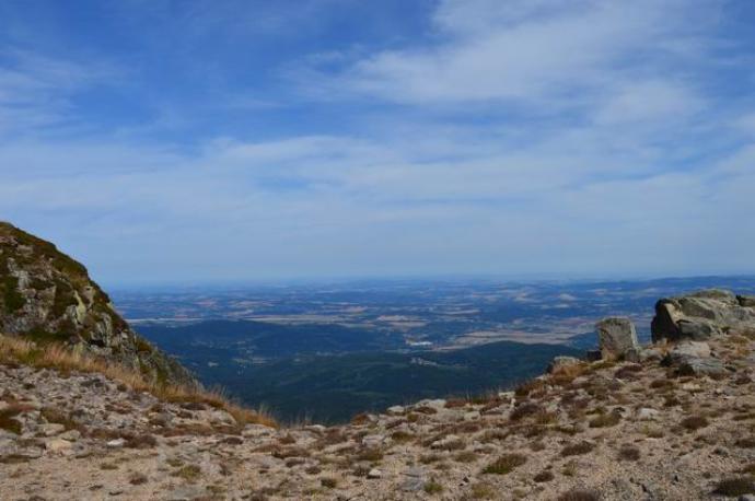Widok z grani na Kotlinę Jeleniogórską