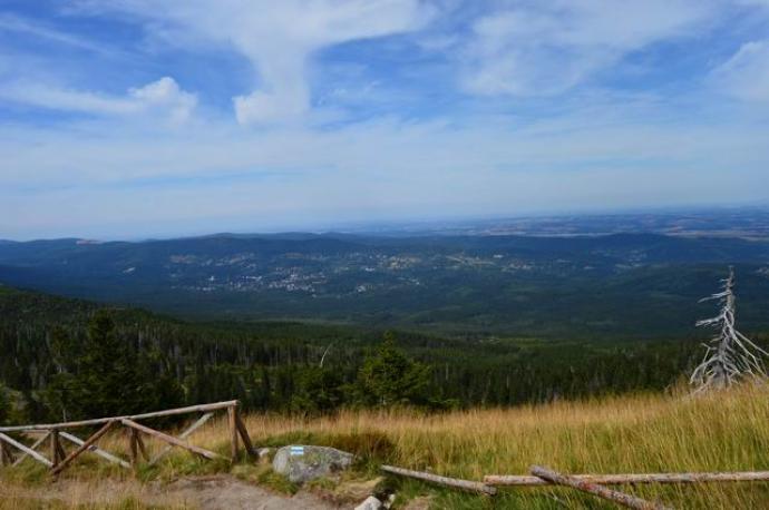 Widok z niebieskiego szlaku na kotlinę