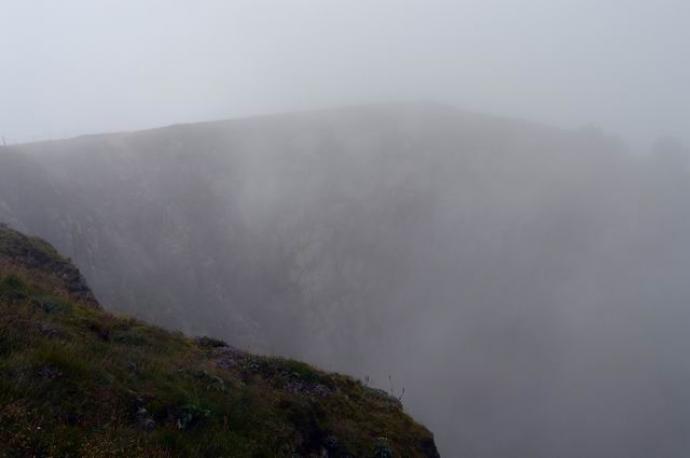 ściany skalne kotłów ledwo widoczne