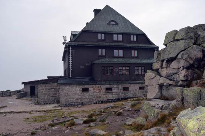 Schronisko Szrenica położone na wysokości 1362 m n.p.m.