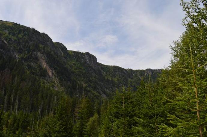 Ściany skalne doliny dochodzą do 300 metrów wysokości