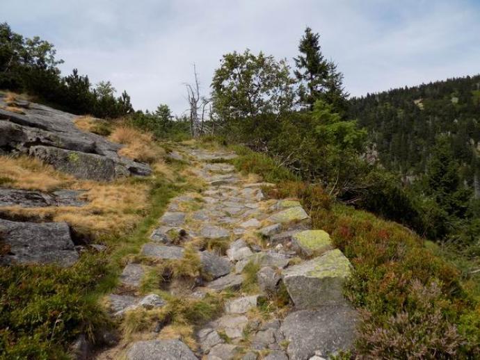 Na górną krawędź kotła prowadzi wąska kamienista ścieżka