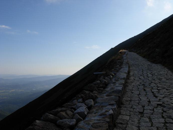 Szlak niebieski prowadzi tak zwaną Drogą Jubileuszową