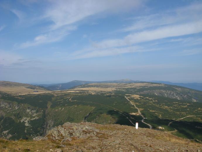 Z prawej strony widok na dwa polodowcowe Kotły Małego i Wielkiego Stawu