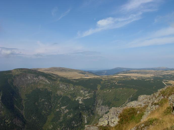 Widok na czeskie pasmo Karkonoszy - wyraźnie widoczna Upska Jama