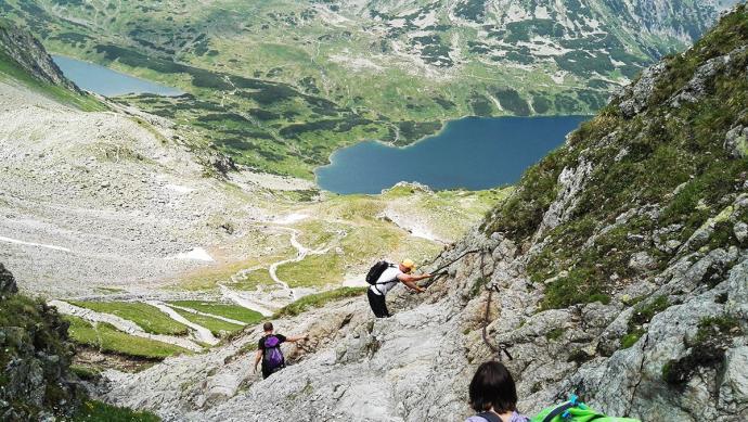 Końcowe podejście na Szpiglasową Przełęcz. W tle Wielki i Czarny Staw