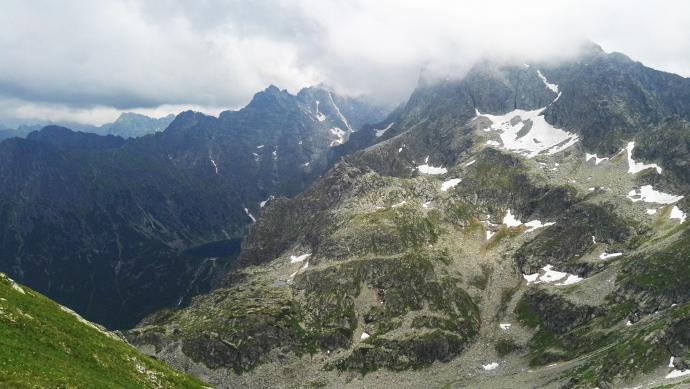 Widok ze Szpiglasowej Przełęczy. W tyle Czarny Staw pod Rysami i Rysy