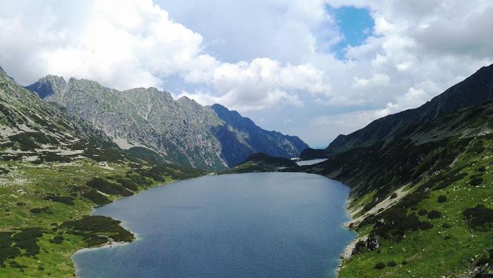 Widok na Wielki Staw ze szlaku na Szpiglasową Przełęcz