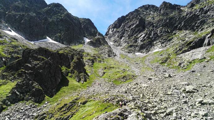 Przełęcz Zawrat widziana od strony Zmarzłego Stawu Gąsienicowego, V na zdjęciu to Zawrat