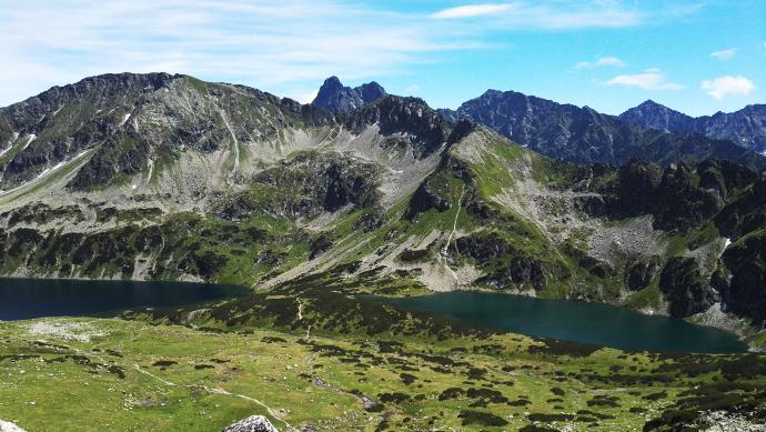 Pomiędzy stawami znajduje się szlak na Szpiglasową Przełęcz