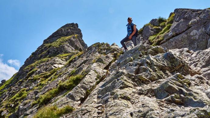 Po skałach, uważnie na dół. Takie fragmenty potrafią uprzyjemnić i tak już ciekawą wędrówkę.