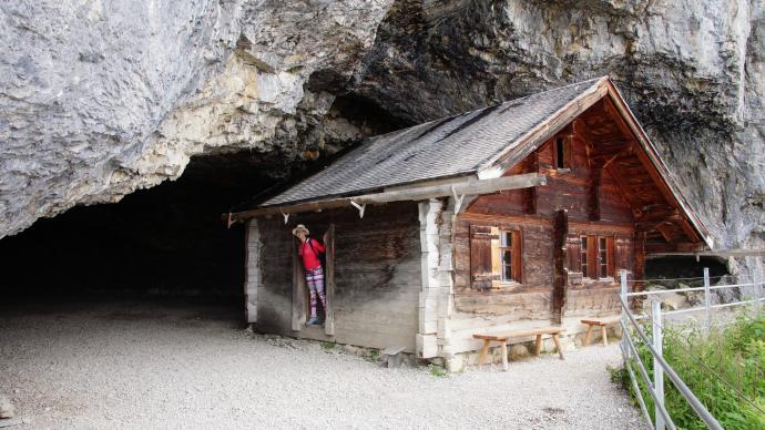 Chata w jaskini