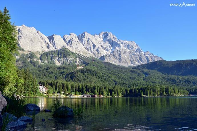 Jezioro Eibsee i widok na Dach Niemiec czyli Zugspitze.